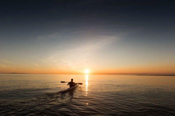 kayak hinchable en el mar